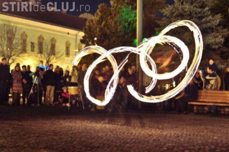 ZILELE CLUJULUI: Trupa Juggling Cluj face jonglerii cu foc in Piata Unirii