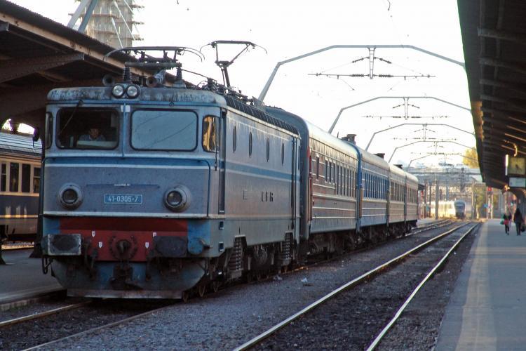 Patru trenuri blocate, dupa ce un TIR s-a rasturnat peste linia ferata de la Negreni! VEZI detalii