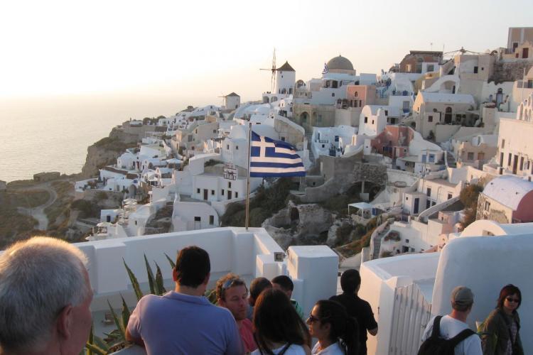 Santorini, raiul alb-albastru al Europei, cu un apus de soare care duce romantismul la cote primejdioase. Amintiri din paradis! FOTO