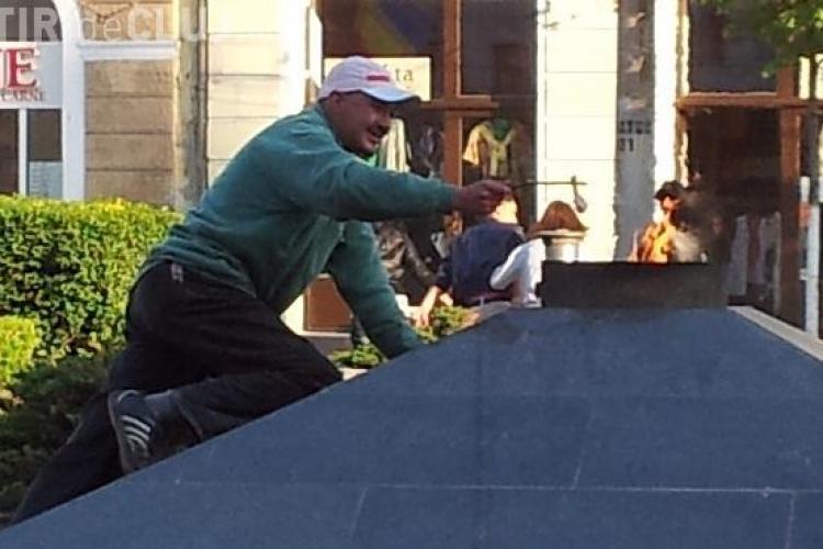 "INCREDIBIL! Un barbat isi prajeste o pulpa de pui la ""Flacara vesnica"" din Piata Mihai Viteazu - CLICK FOTO"