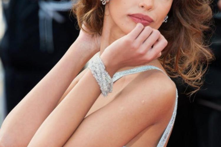 Modelul Madalina Ghenea, sexi pe covorul rosu la Cannes