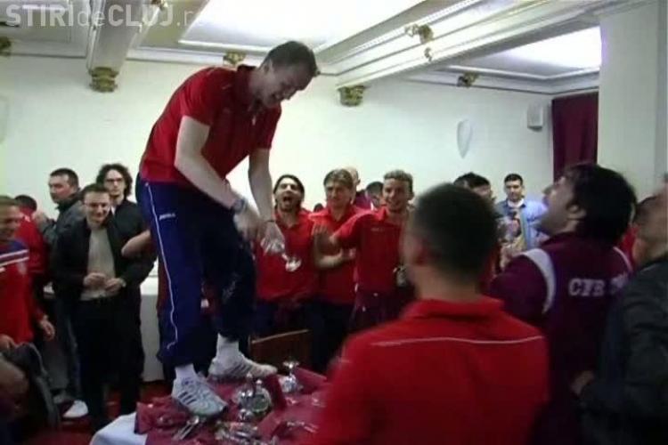 Jucatorii CFR au dansat pe mese si au spart pahare! IMAGINI NEBUNE de la petrecea pentru TITLU VIDEO