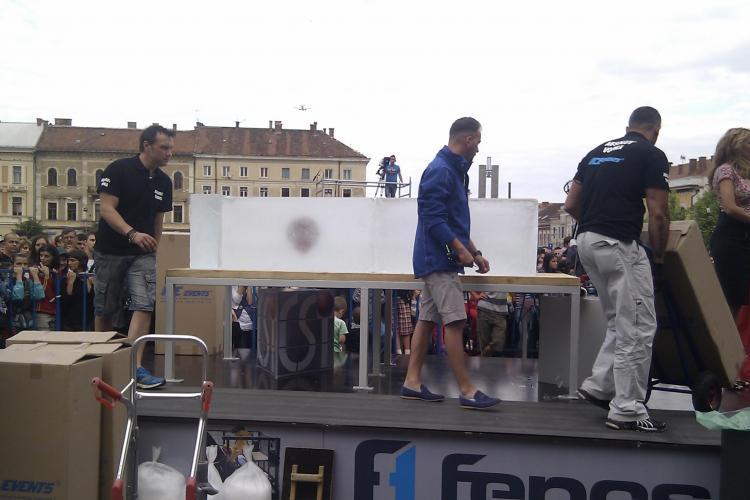 """Vezi cum arata """"sicriul de gheata"""" in care va sta Cristian Gog, in Piata Unirii FOTO"""