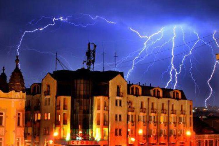Fulgere SPECTACULOASE deasupra Clujului! Dati LIKE daca v-a placut FOTO