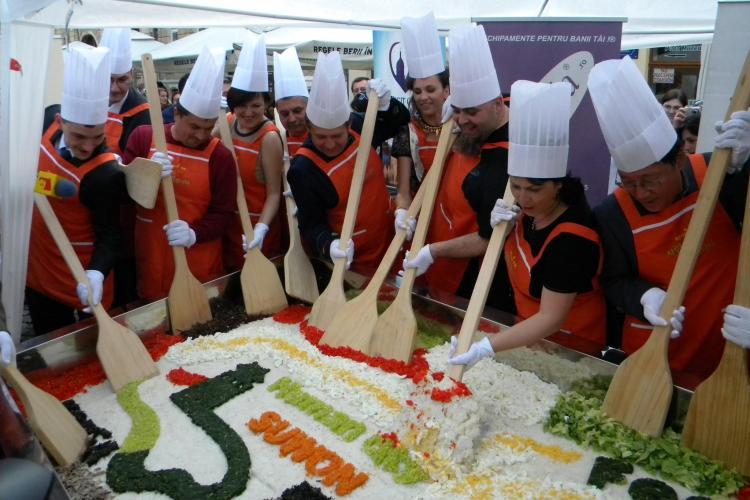 Festin coreean in Piata Muzeului! Bucatarii au realizat cel mai mare bibimbap din Romania VIDEO si FOTO
