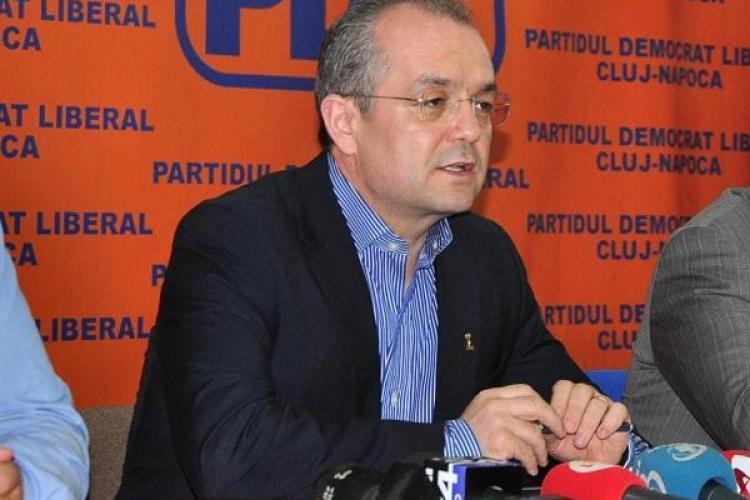 Fluturasi denigratori despre Emil Boc impartiti in Cluj-Napoca! PDL a depus plangere la Parchet
