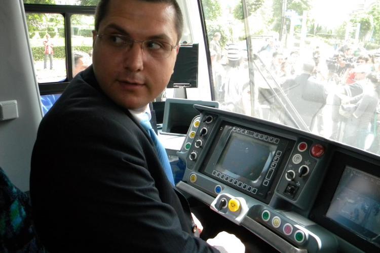 Primarul Radu Moisin, vatman pentru o ora! FOTO INEDITE de la prezentarea primului tramvai modern VIDEO