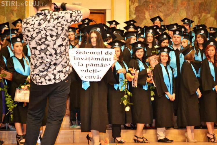 """Cine e tânăra care a protestat la absolvirea UBB Cluj! FOTO: """"Sistemul de învăţământ e la pământ, credeţi-ne pe cuvânt"""""""