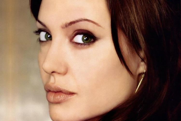 Cum arăta Angelina Jolie la 14 ani FOTO