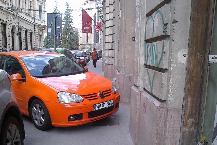 Soferii fac LEGEA în Cluj-Napoca! Un trotuar de pe Iuliu Maniu blocat de o mașină FOTO