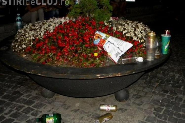 MORMANE de PET-uri de bere şi gunoie, în Piaţa Unirii din Cluj-Napoca FOTO