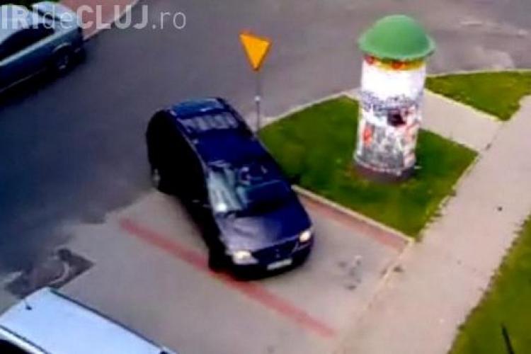 Cum parcheaza o BLONDA! Parcarea e goala, nu reuseste si pleaca VIDEO