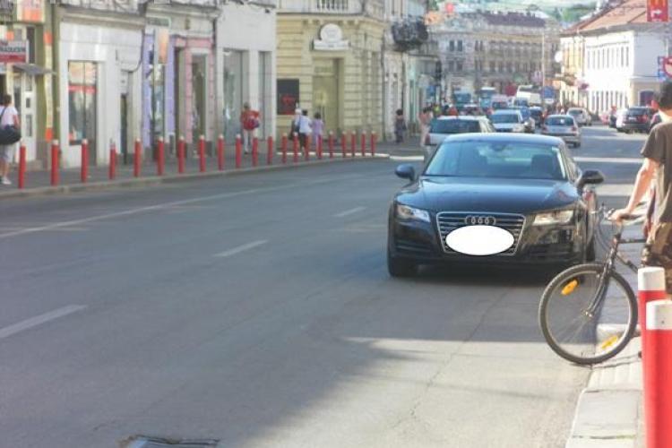 INCONŞTIENŢĂ MAXIMĂ: Şi-a parcat Audi-ul pe contrasens. Putea fi lovit în orice clipă ŞTIREA CITITORULUI FOTO