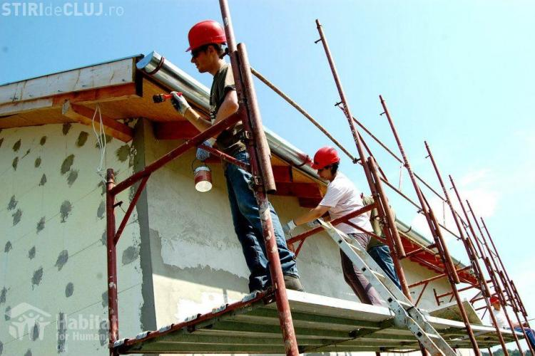 Elevi din Norvegia construiesc o casă în satul Dezmir