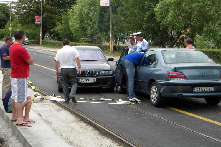 Accident pe Splaiul Independenței! Un șmecher cu BMW a întors în plină stradă și a fost lovit de un Peugeot VIDEO și FOTO