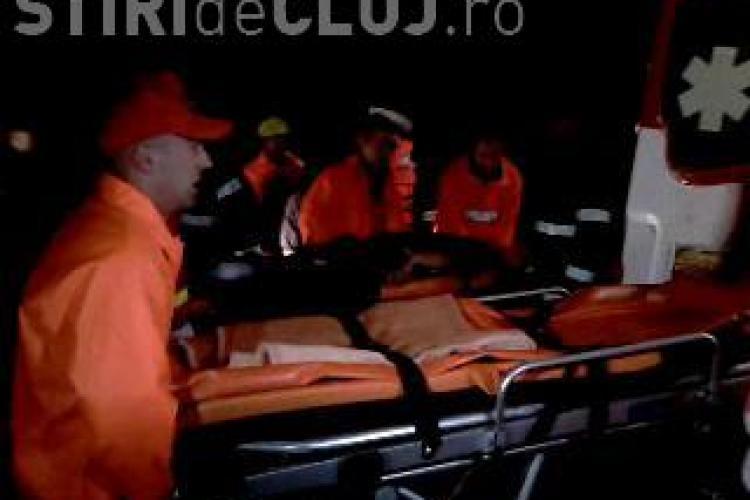 VIDEO - Inecat in Cris! Un autoturism BMW X5 a fost luat de ape si trei tineri au fost la un pas de moarte. Unul nu s-a mai putut salva