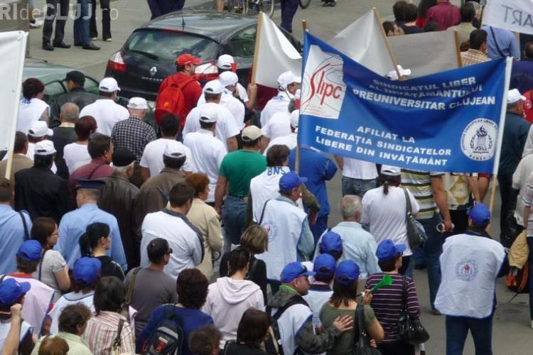 Doar 20 de sindicalisti au protestat in fata Prefecturii Cluj. Ei au amenintat ca intra in greva foamei daca li se taie salariile