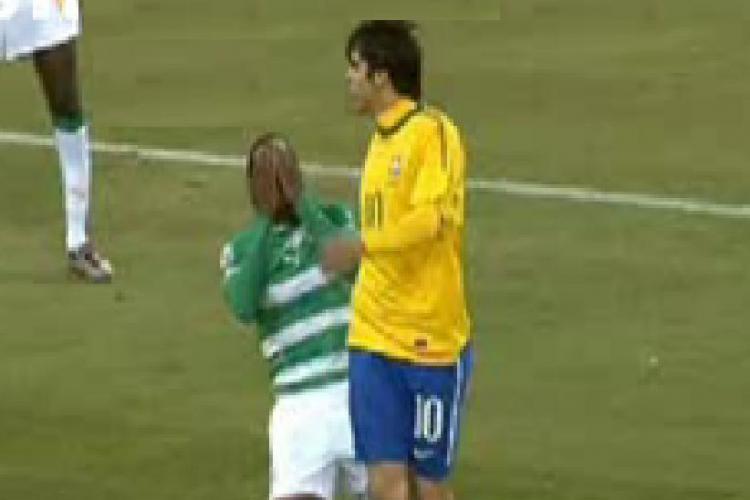 Vedeti faultul in urma caruia brazilianul Kaka a primit cartonas rosu si a fost eliminat. Crezi ca l-a lovit pe Keita?  - VIDEO