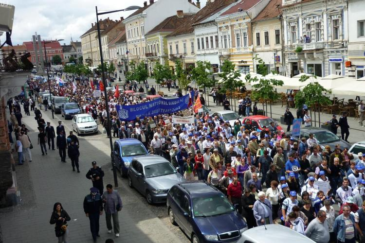 1500 de sindicalisti au protestat in fata Prefecturii Cluj. Mitingul a blocat traficul in centrul orasului - VIDEO