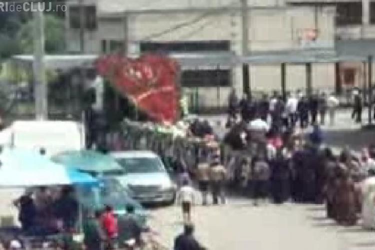 VIDEO - Tiganii din Viisoara si-au dus mortul la groapa cu TIR -ul. Cortegiul funerar a trecut prin Campia Turzii