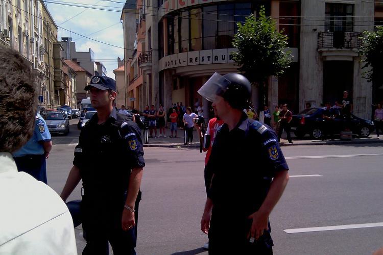 VIDEO -Scene de lupta in centrul Clujului! Jandarmii au folosit gaze lacrimogene pentru a-i opri pe fermierii furiosi - Galerie FOTO