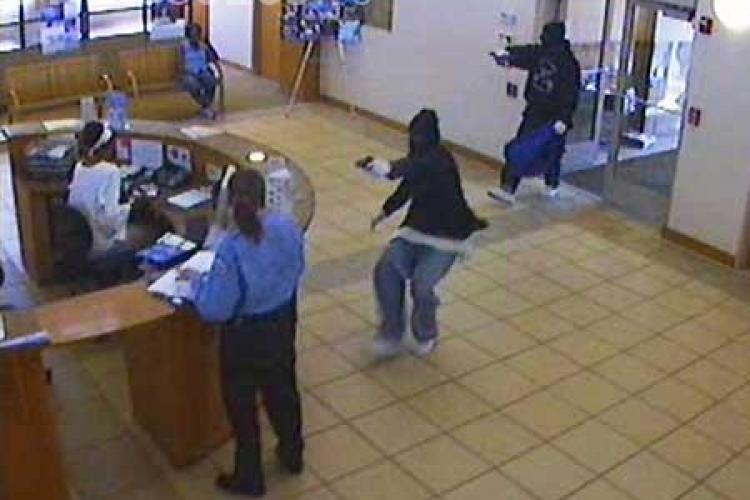 Jaf la o banca din Timisoara. Casiera a fost amenintata cu pistolul de doi barbati mascati