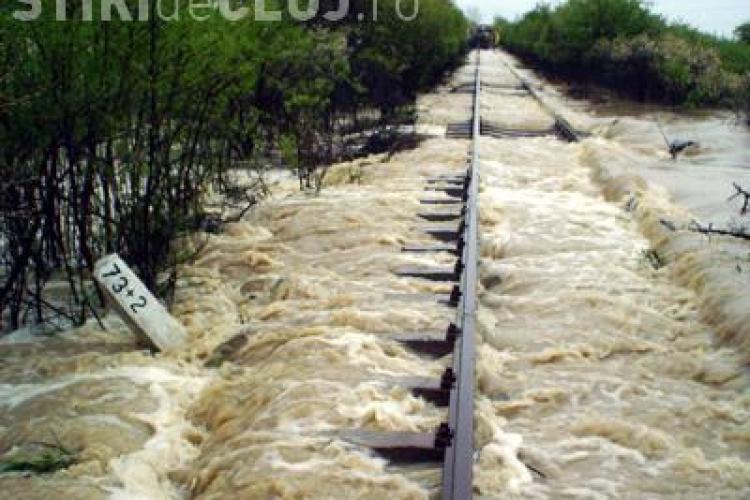 Inundatii pe calea ferata la Ciucea. Un tren international care venea de la Budapesta a fost blocat si calatorii au fost preluati de un autocar