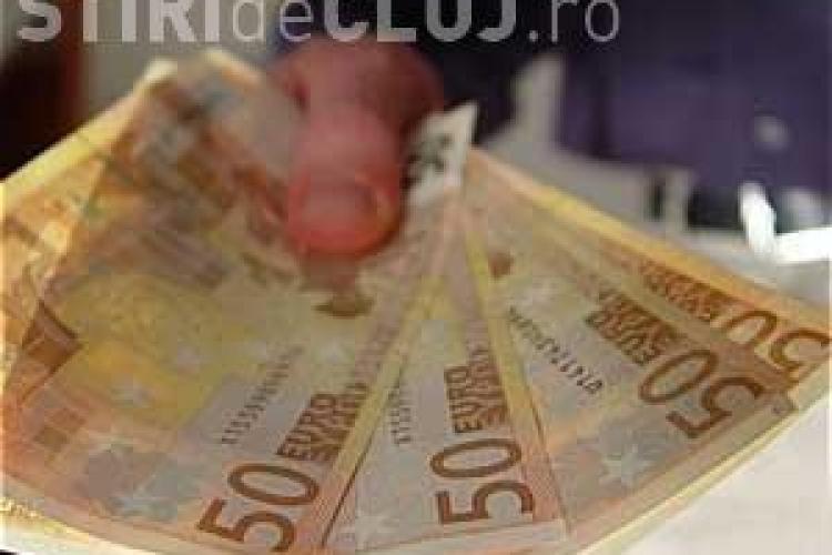 Atentie unde schimbati bani! Un barbat de 35 de ani din Campia Turzii a fost prins in flagrant cand incerca sa schimbe 2000 de euro falsi - VIDEO