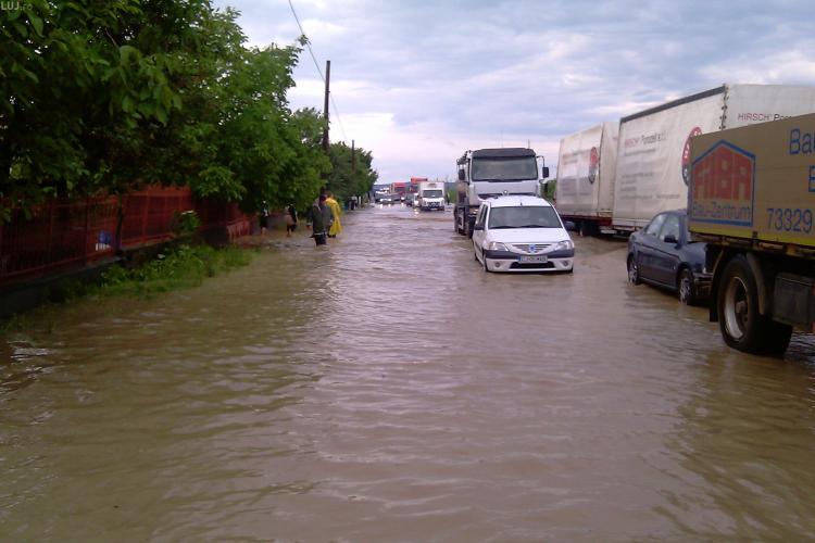 Inundatie in Chinteni. Drumul Judetean a fost acoperit de ape, dar acum circulatia se desfasoara bine