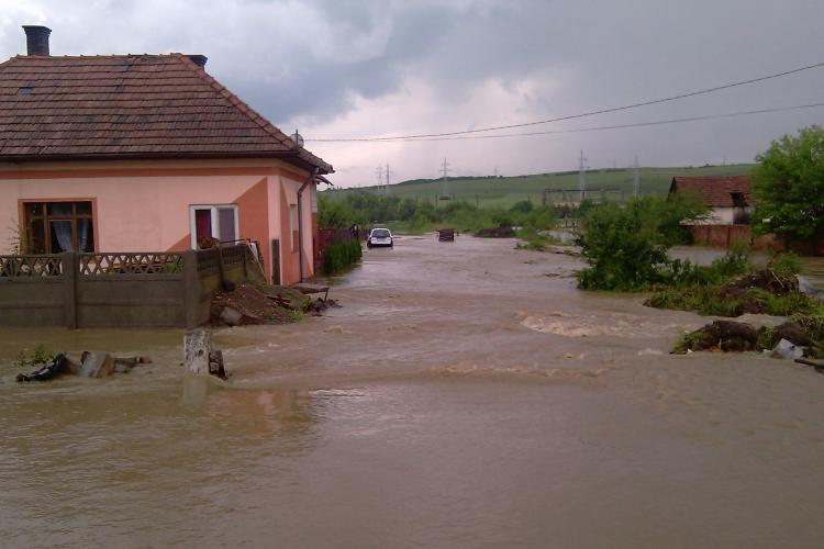 VIDEO- Masini luate de ape la Huedin! Inundatii la Huedin: trafic blocat pe DN1 E60 si 200 de persoane evacuate cu pompierii
