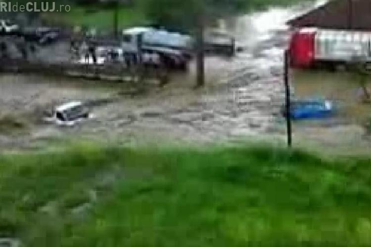 VIDEO - Vedeti imagini incredibile cu cele trei masini luate de viitura care a lovit luni dupa-amiaza orasul Huedin