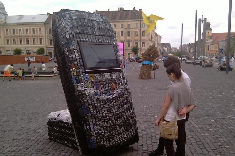 """VIDEO - Un telefon Nokia gigant facut din alte """"mobile"""" recliclate, vedeta expozitiei care va deschide """"Planeta Report"""" - Galerie FOTO"""