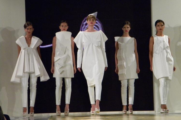 Creaţii vestimentare spectaculoase ale absolvenţilor UAD Cluj-Napoca FOTO