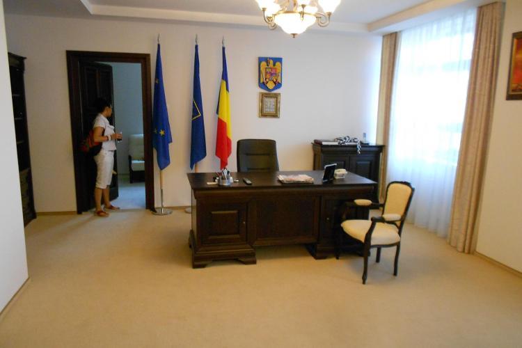 Așa arată biroul de LUX amenajat de Alin Tișe. Ocupă un etaj întreg din clădirea Consiliului Județean Cluj FOTO