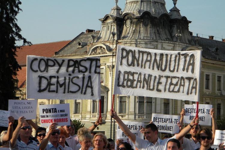 """Protestatarii clujeni către Ponta: """"Ponta nu uita, legea nu e teza ta"""" FOTO VIDEO"""
