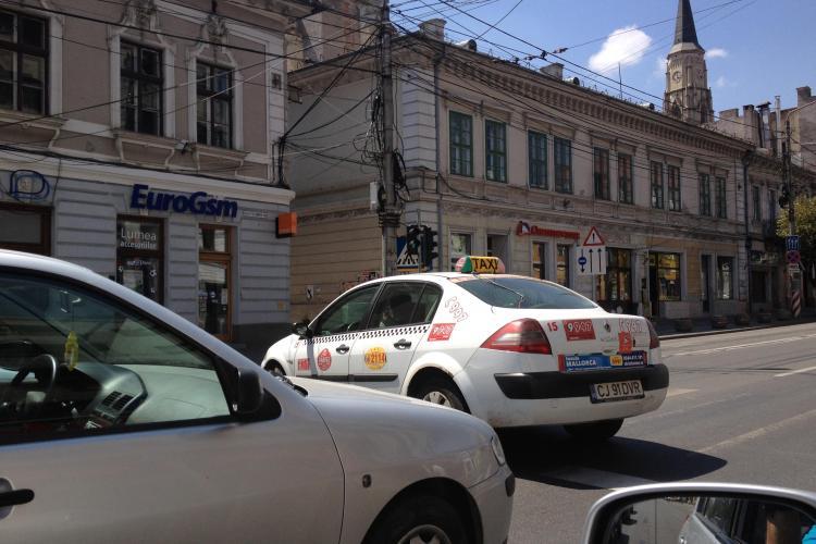 Taximetriştii fac legea în trafic la Cluj! Un şofer a mers cu maşina pe trecerea de pietoni FOTO