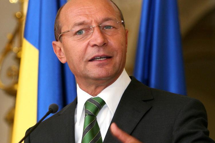 Băsescu se jură că nu el a cerut să vorbească cu Angela Merkel