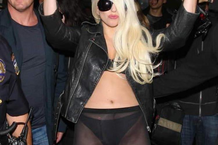 Lady Gaga a apărut în bikini pe aeroport