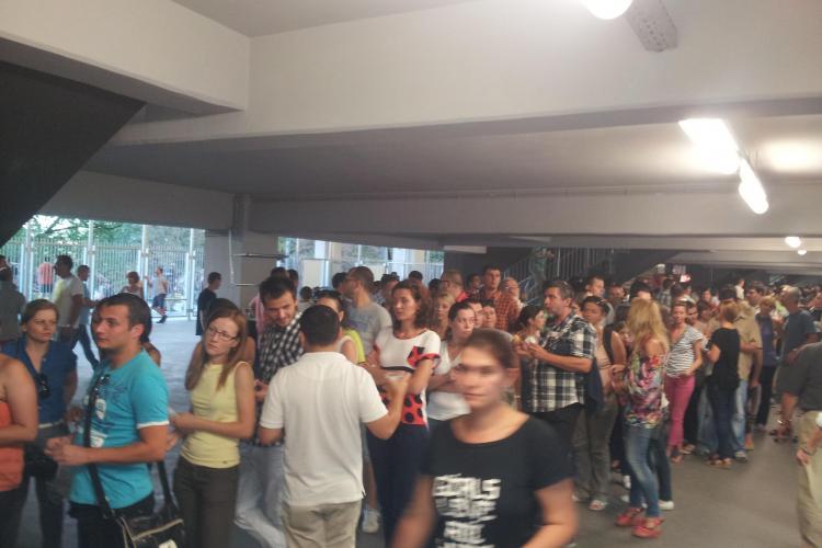 Organizatorii concertului ROXETTE şi-au bătut joc de fani! Mii de oameni au aşteptat cel puţin o oră la coadă pentru o apă