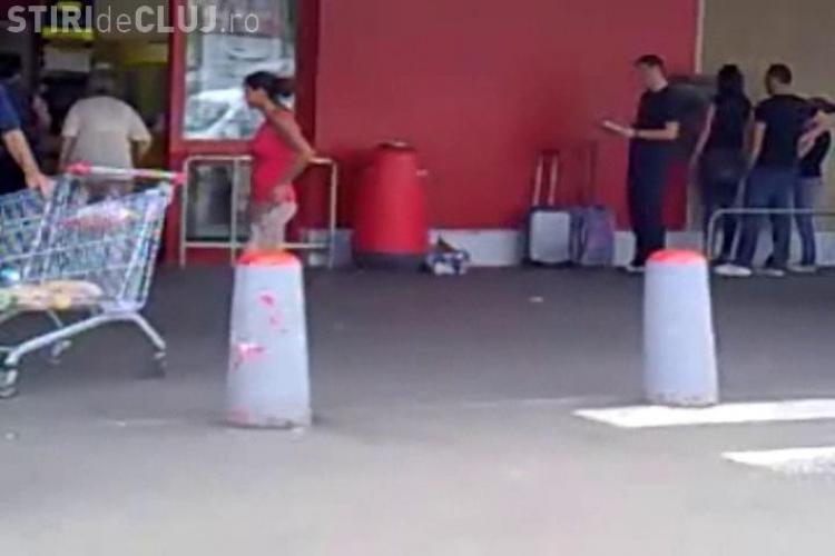 Țiganii cerșesc și îi agresează pe clujeni la ieșirea din Kaufland - Mănăștur. Nimeni nu ia nicio măsură VIDEO