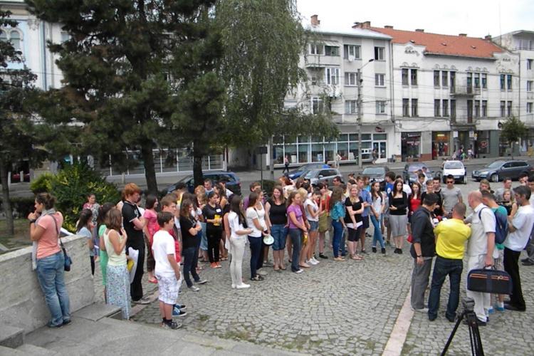 72 de tineri, întinşi pe jos la un flash mob în Piaţa Mihai Viteazul VIDEO