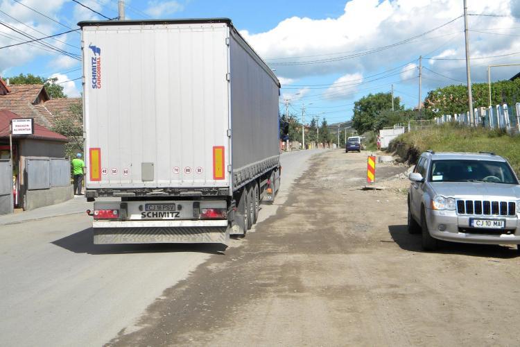 Strada Oașului, asfaltată pe jumătate. Localnicii și primărița PSD vor să blocheze drumul pentru a accelera lucrările VIDEO