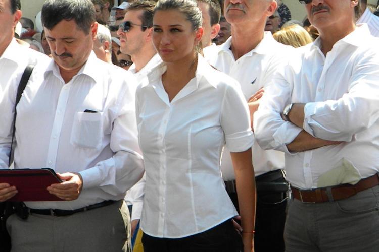 Elena Băsescu, îmbrăcată în alb la Cluj. Și-a urmărit tatăl din mulțime FOTO
