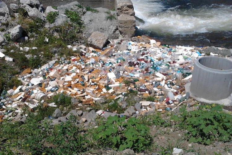 Râul Someș, transformat în rampă de gunoi pe raza comunei Florești - FOTO