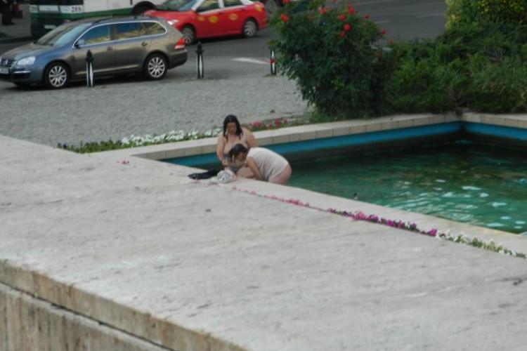 Două tinere dezbrăcate fac baie în fântâna din Piața Mihai Viteazu FOTO ȘOCANT