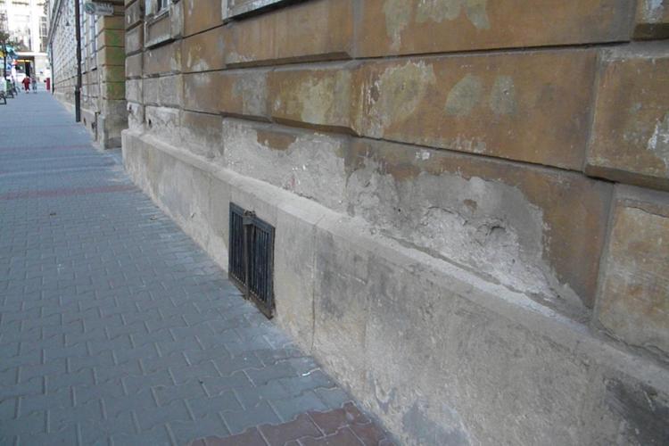 """Clădirea Primăriei Cluj-Napoca """"cade"""" puţin câte puţin FOTO ŞTIREA CITITORULUI"""