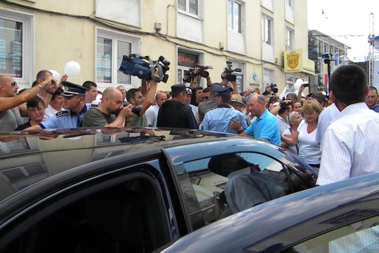 Cetăţenii din Piaţa Lucian Blaga s-au călcat în picioare pentru a-l vedea pe Băsescu înainte de a părăsi Clujul FOTO