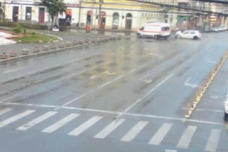 Accident lângă Teatrul Național Cluj! O ambulanță a fost lovită în plin VIDEO LIVE CAMERE DE SUPRAVEGHERE