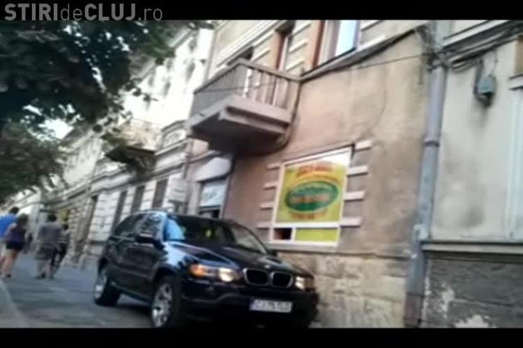 A urcat cu BMW -ul pe trotuar și s-a dus până la geamul amanetului de pe 21 decembrie 1989 VIDEO