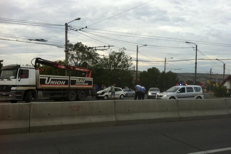 Accident la Podul IRA! Un autoturism a intrat sub un camion